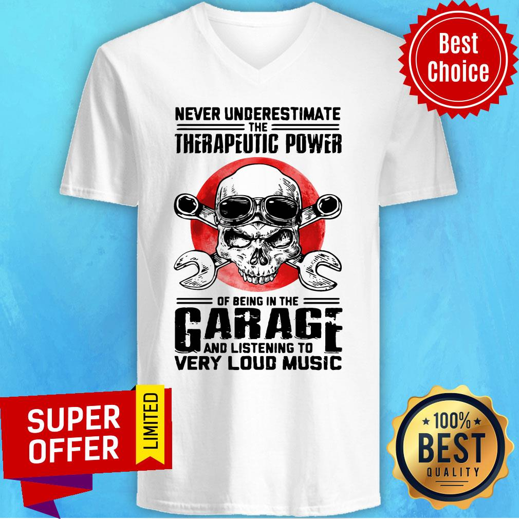 Top Never Underestimate The Therapeutic Power Of Being In The Garage Mechanic V-neck