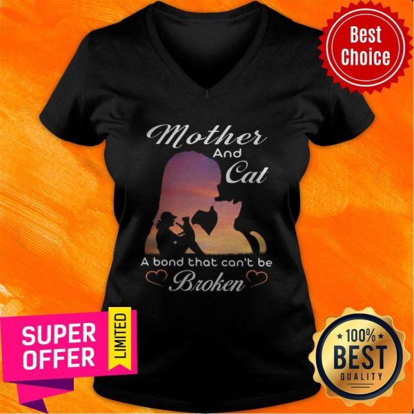 Nice Mother And Cat A Bond That Can't Be Broken V-neck